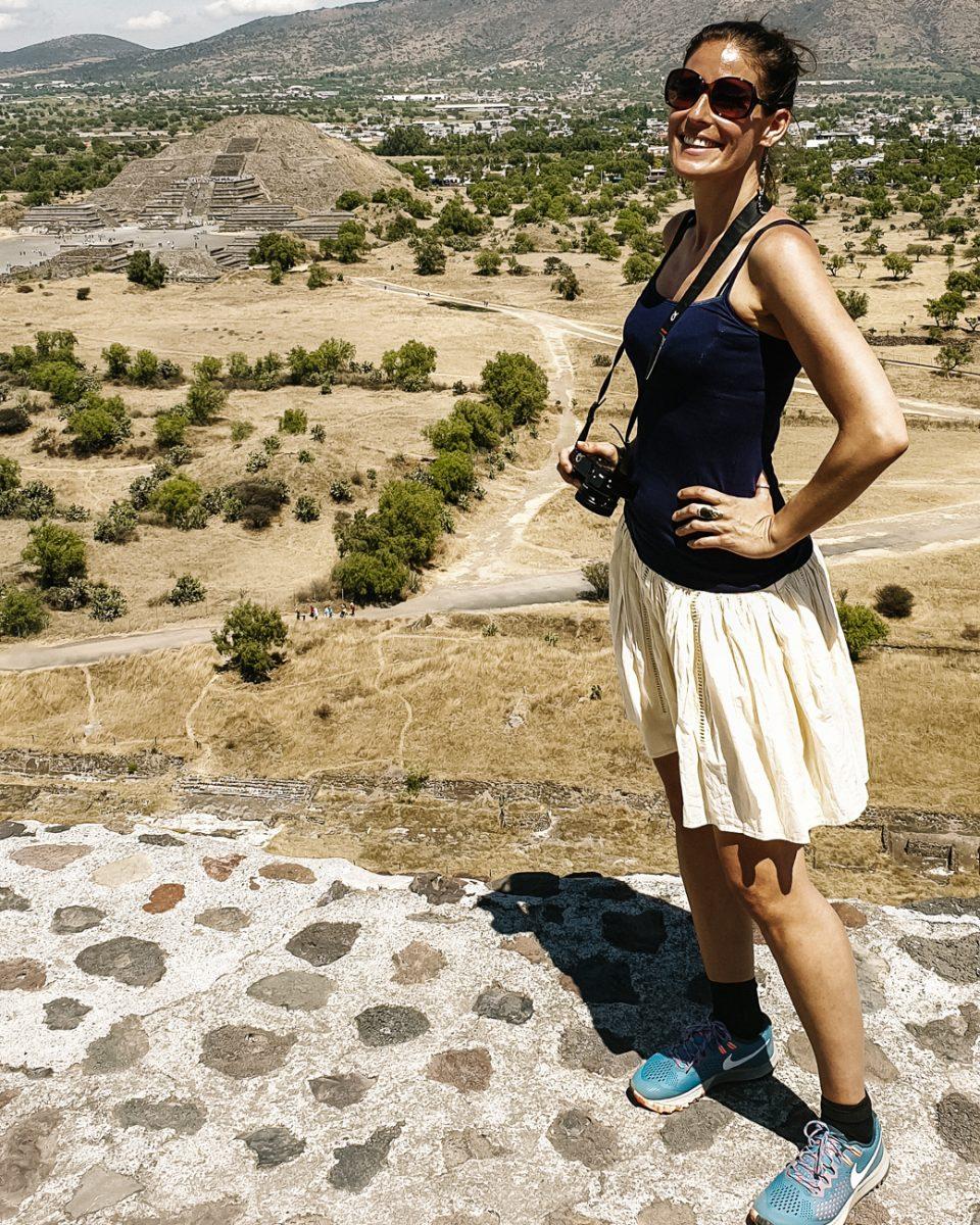 deborah bij de tempels van Teotihuacan Mexico, een van de archeologische hoogtepunten