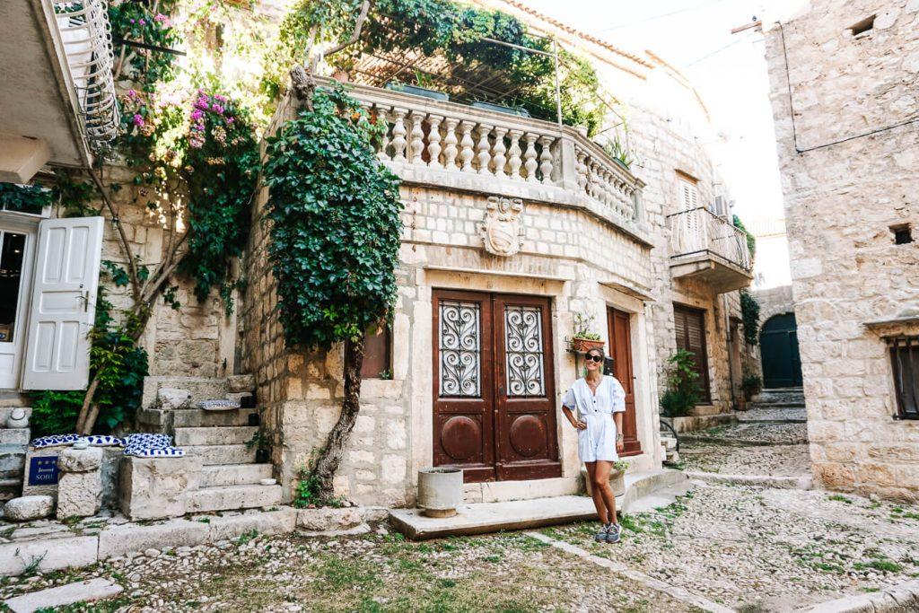 Deborah in straatje in Vis, Dalmatische kust van Kroatie