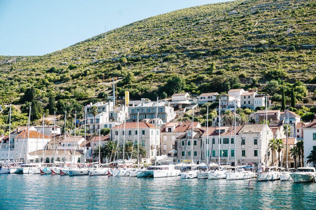 een bezoek aan Vis eiland, tijdens Sail Croatia cruise in Kroatie