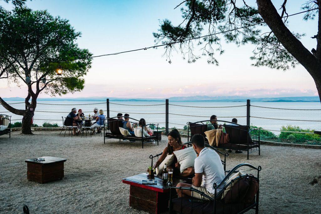 uitzicht op zee van restaurant Fort George op eiland Vis
