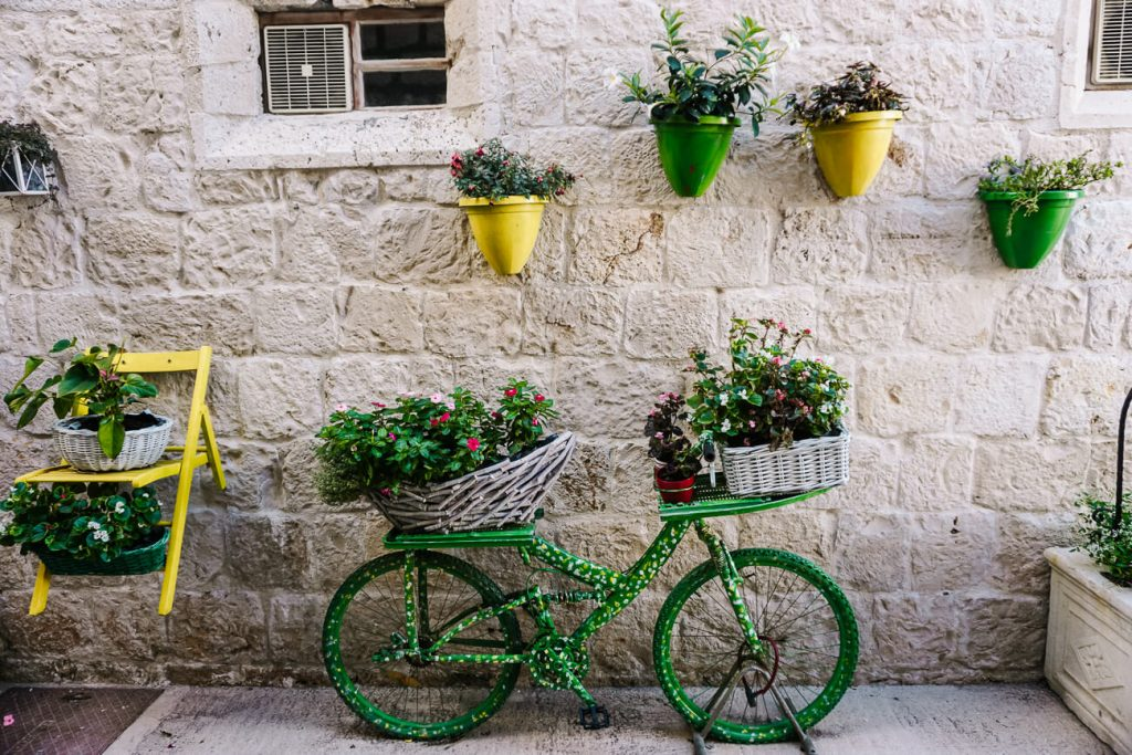 fiets met bloemen in straatje in Vis, Dalmatische kust van Kroatie