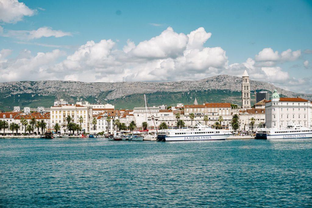 vertrek uit de haven van Split met Sail Croatia, cruise langs de Dalmatische kust in Kroatie