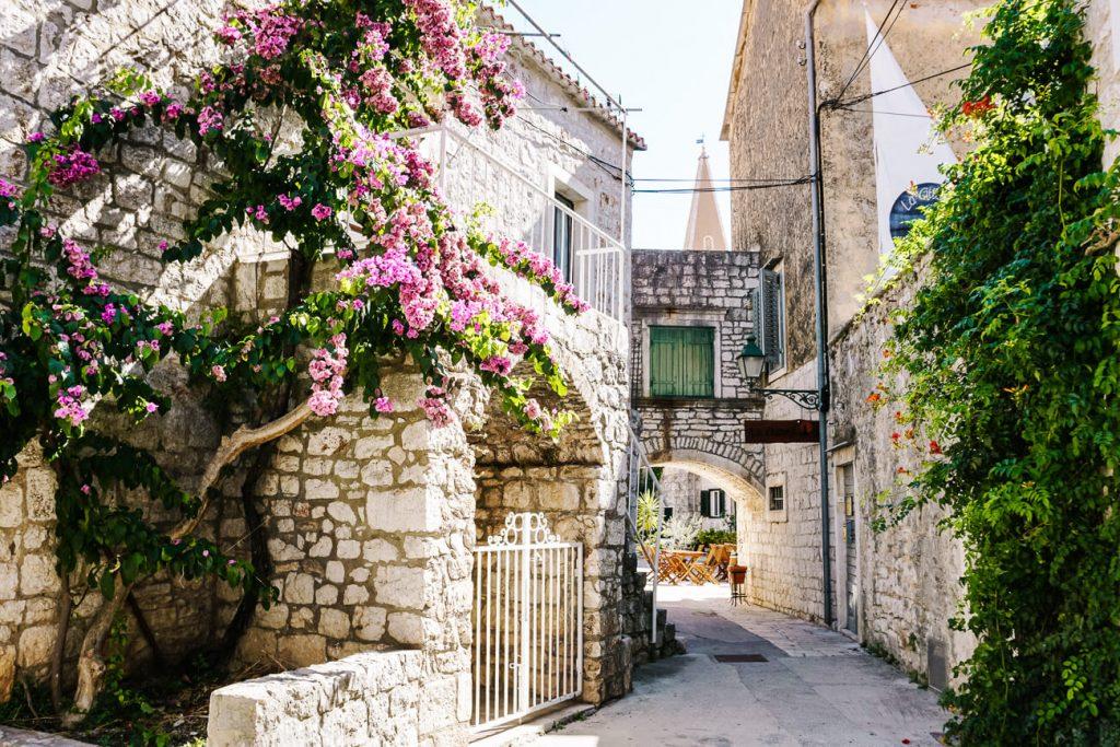 straatjes met bloemen in Stari Grad, aan de Dalmatische kust in Kroatie