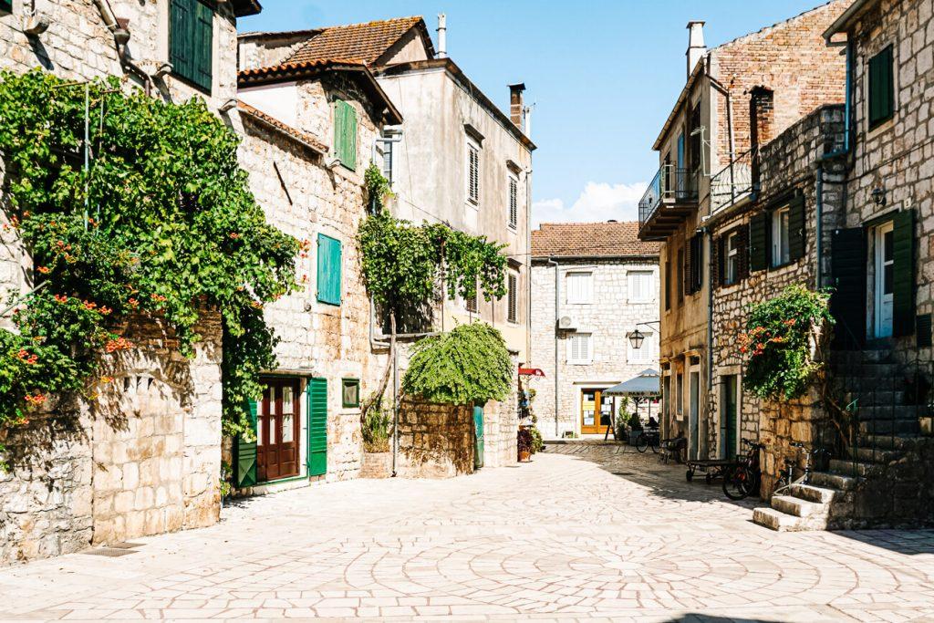 pleintje in Stari Grad, aan de Dalmatische kust in Kroatie