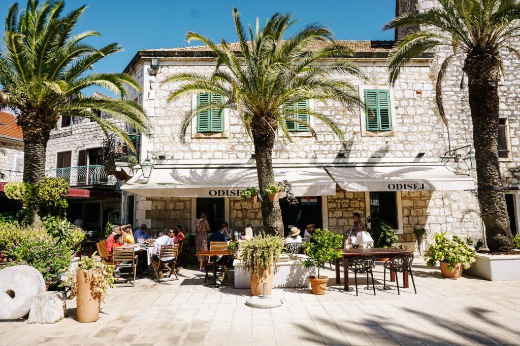 restaurant in Stari Grad, aan de Dalmatische kust in Kroatie