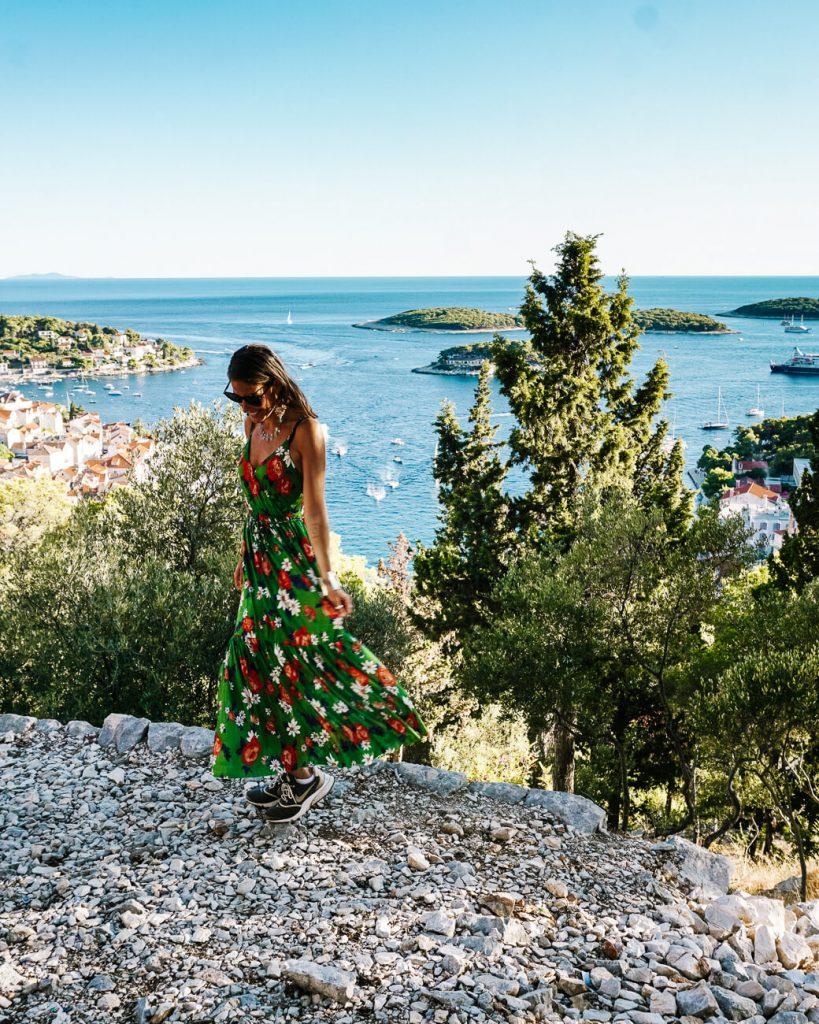 Deborah bij fort in Hvar tijdens cruise in Kroatie