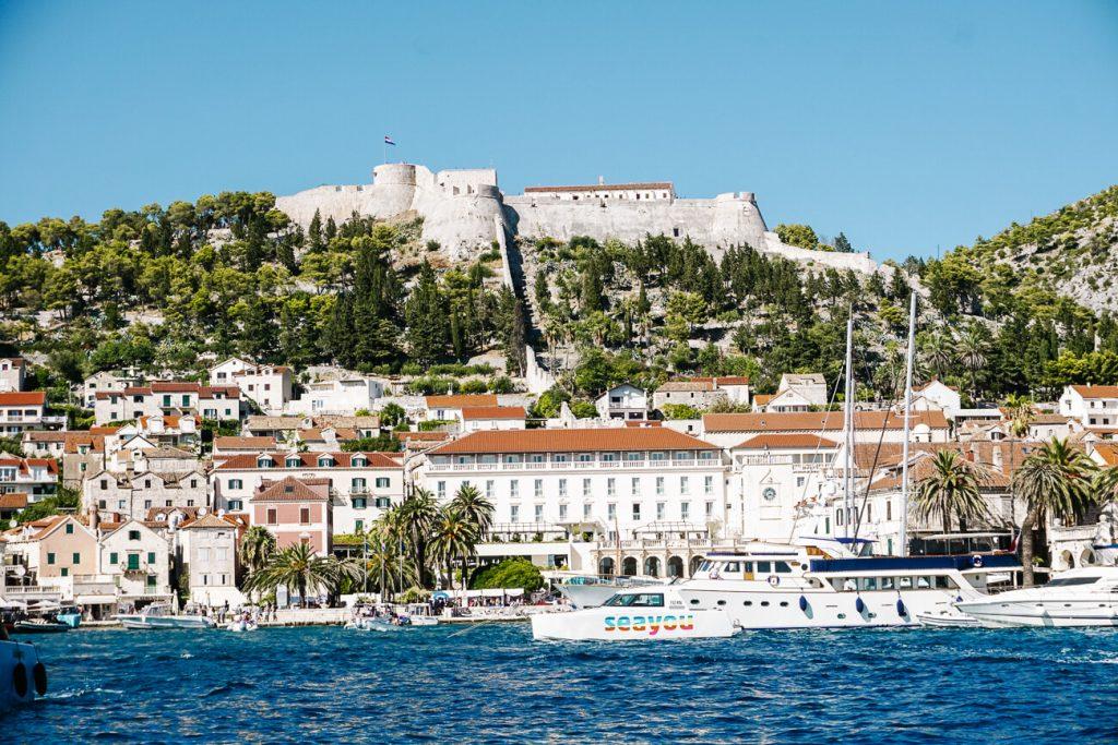 uitzicht op Hvar eiland, langs de Dalmatische kust in Kroatie