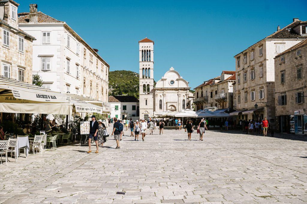 centrale plein in Hvar aan de Dalmatische kust van Kroatie