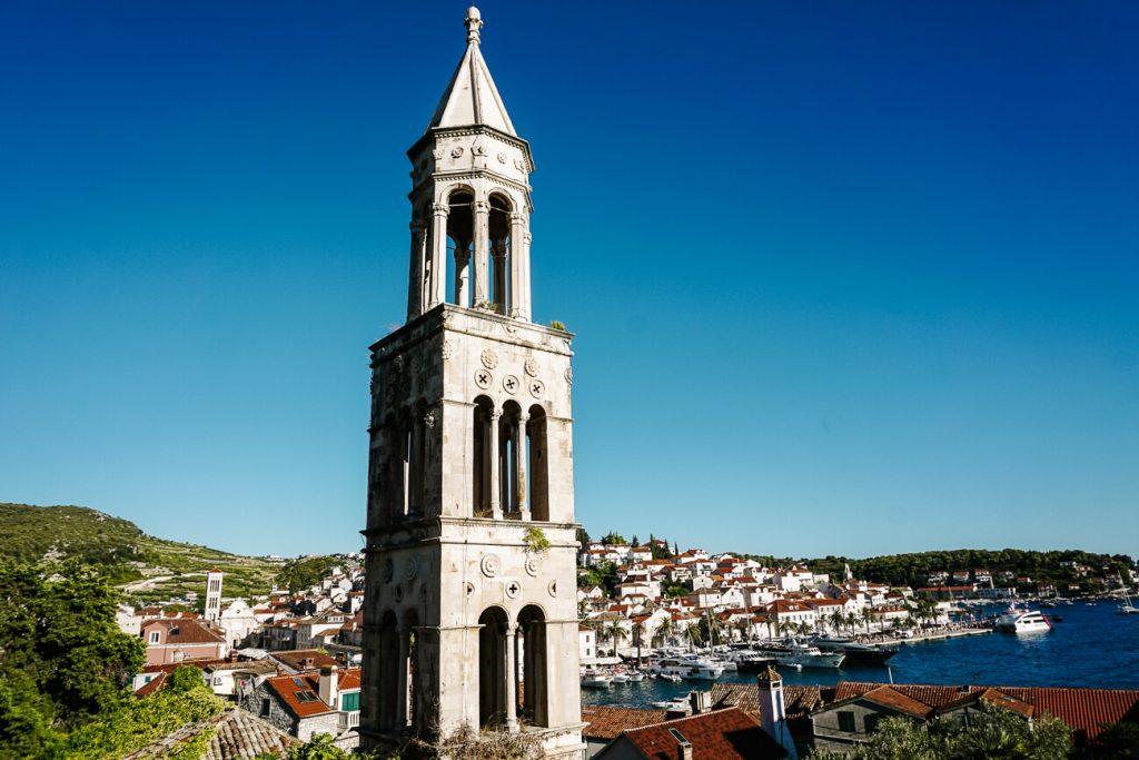 kerktoren op Hvar aan de Dalmatische kust van Kroatie