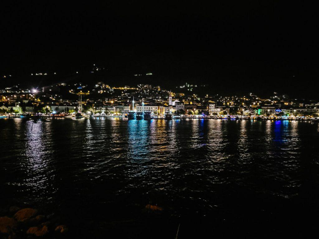 uitzicht vanaf St Peter monument op verlichte baai van Makarska