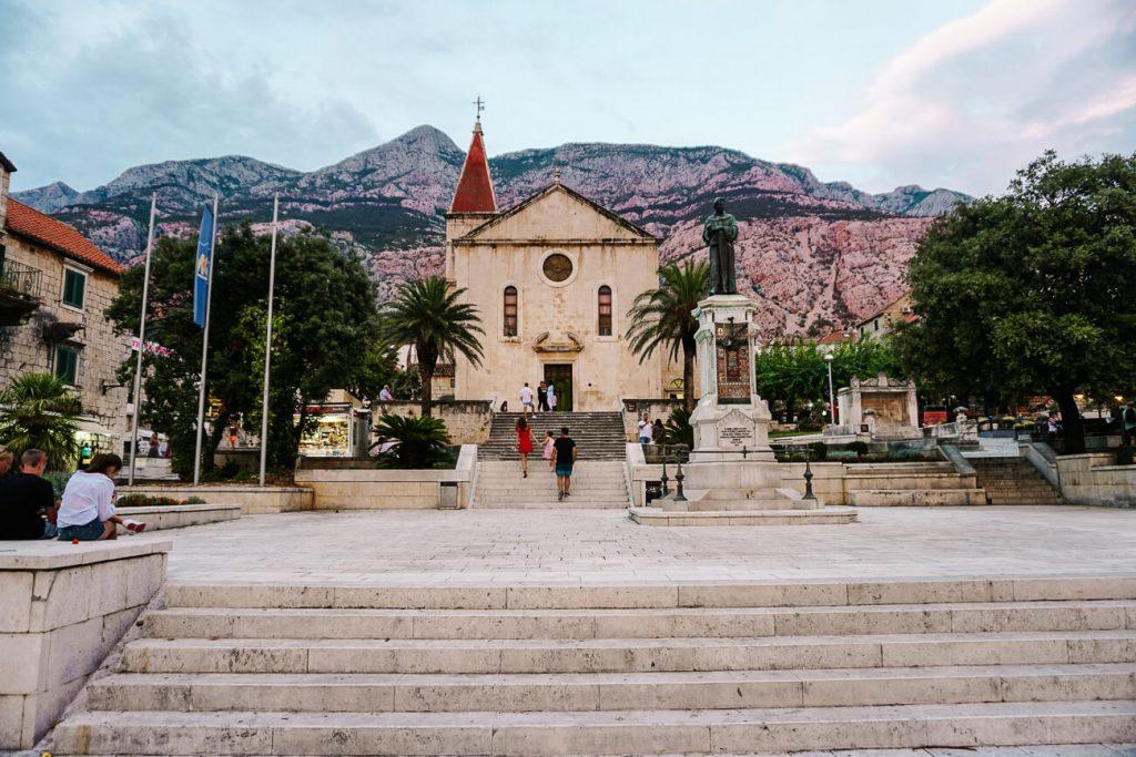kathedraal St Marco op centrale plein van Makarska