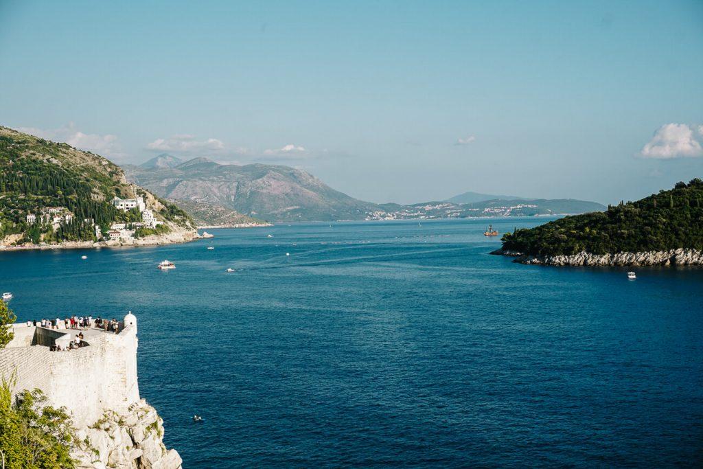 uitzicht vanaf stadsmuur over zee in Dubrovnik, Dalmatische kust Kroatie
