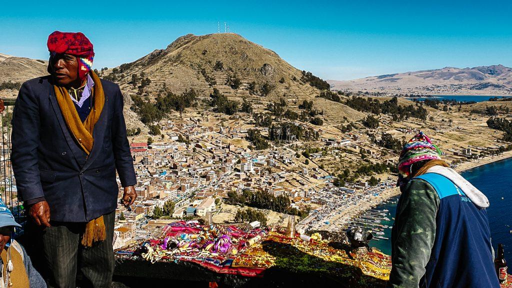 sjamanen aan het werkmet uitzicht op lake titicaca
