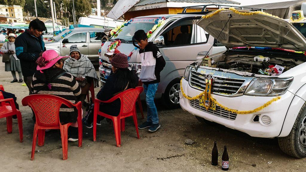 lokale mensen die picknicken bij versierde auto's