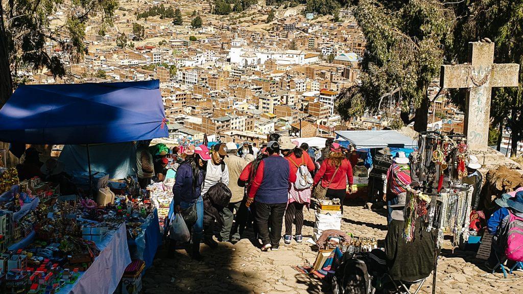 mensen op de cerro calvario tijdens onafhankelijkheidsdag in Bolivia