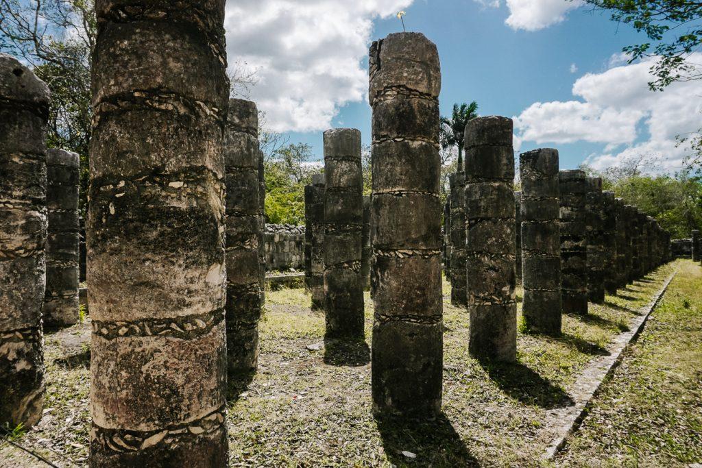 zuilen gallerij in Chichen Itza, een van de bekendste maya tempels in Mexico