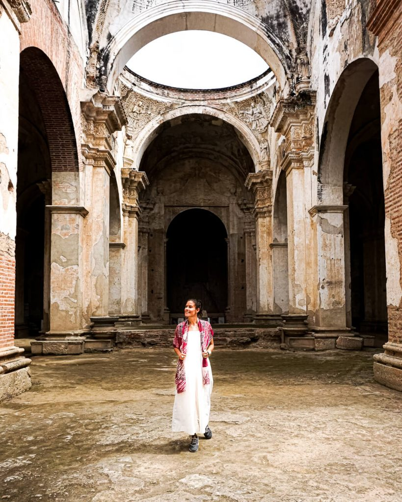 ruïnes van kathedraal in Antigua met vrouw, een van de top bezienswaardigheden