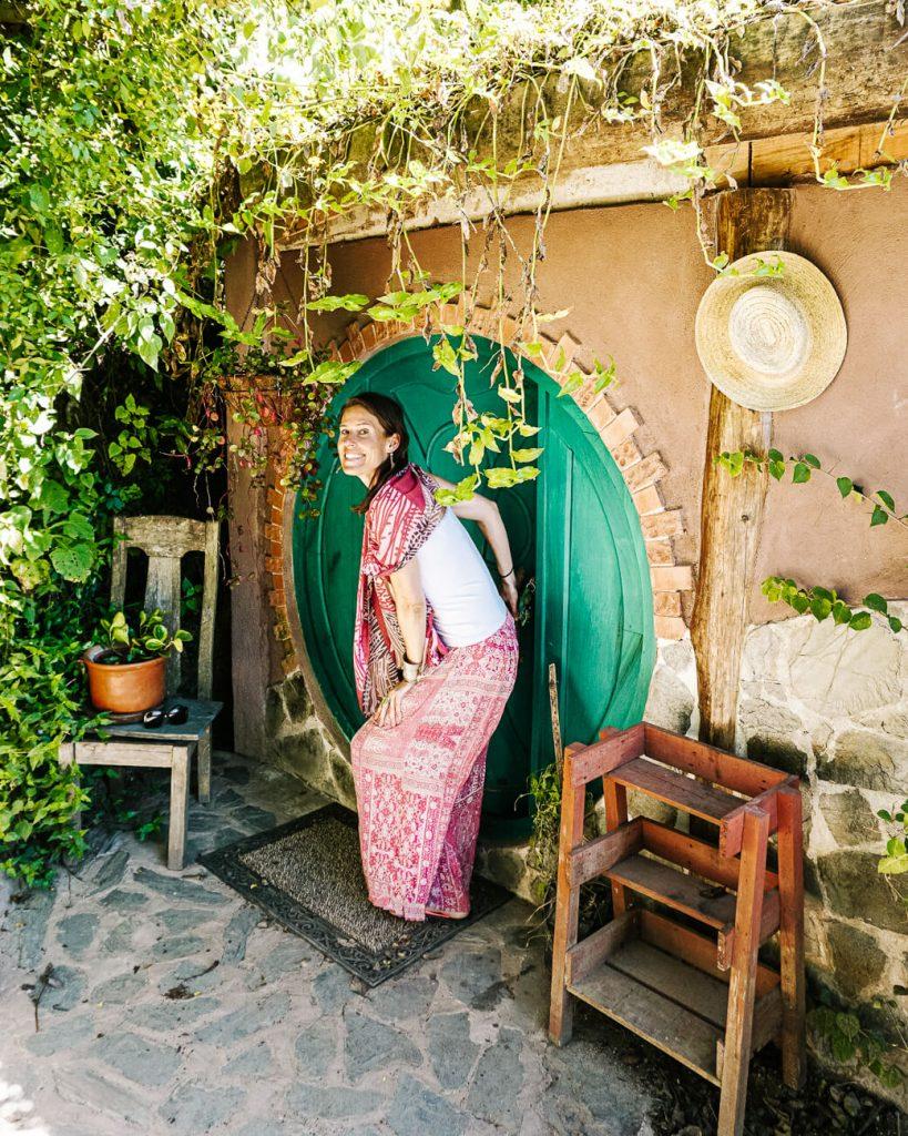 vrouw voor hobbit huisje in Hobbitenango